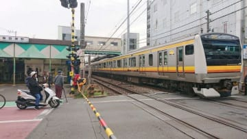 2人の男性会社員が電車にはねられた「観光道踏切」=川崎市多摩区稲田堤1丁目