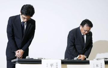 新たな検査不正が見つかり、記者会見で謝罪する日産自動車の本田聖二常務執行役員(右)ら=7日夜、横浜市