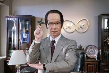 手裏剣を手にした三津谷寛治(内村光良さん)(C)NHK