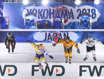 アイスクロス・ダウンヒル世界選手権の男子予選でジャンプ台を跳ぶ選手たち=横浜市