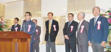 挨拶する池谷完治理事長(左から2番目)
