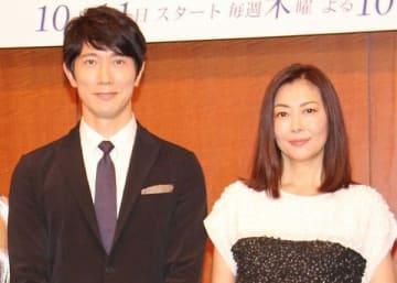 連続ドラマ「黄昏流星群~人生折り返し、恋をした~」に出演している佐々木蔵之介さん(左)と中山美穂さん