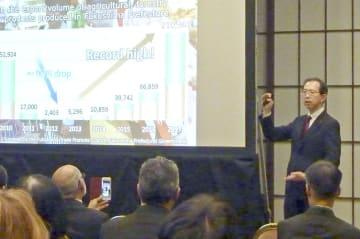 各国の駐日大使らに福島県の復興状況を説明する内堀雅雄知事=7日午後、東京都港区の飯倉公館