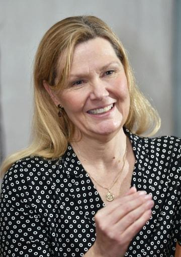 インタビューに答えるノーベル医学生理学賞の選考委員長を務めたカロリンスカ研究所のアンナ・ベデル教授=7日、ストックホルム(共同)