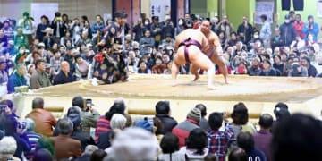 琴恵光関らが迫力ある取組を繰り広げ、盛り上がった「大相撲延岡場所」=7日午後、延岡市民体育館