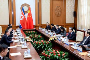 王毅氏、朝鮮の李勇浩外相と会談 両党·両国関係の新たな発展強調