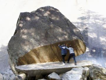 宮崎県延岡市北方町の鉾岳の登山道脇にある「パックン岩」=10月