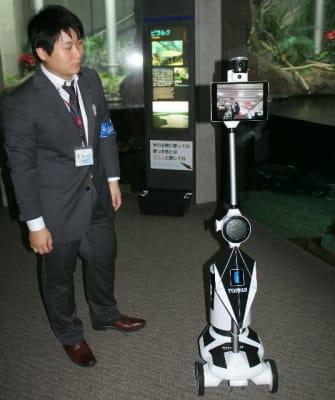 アバターの分身ロボット(右)を通じて、水族館の光景を楽しんだ=大分市の「うみたまご」