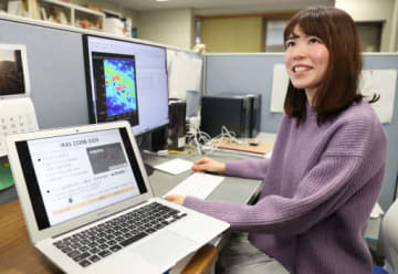 研究室で、「女性100人」に選ばれた発見内容を説明する大小田さん(撮影・浜岡学)
