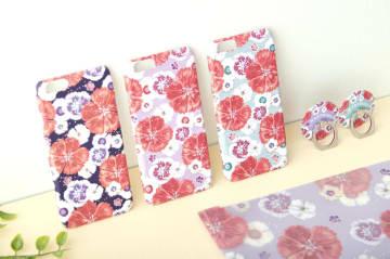 セキチクの花をデザインした元慰安婦を支援するスマホケースなどの商品(マリーモンドジャパン提供)