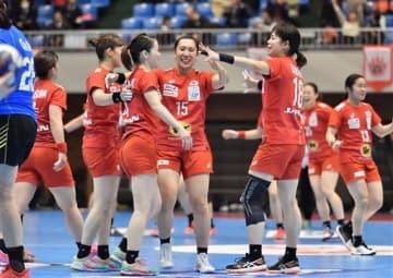 中国を23-21で破って決勝進出を決め、喜ぶ日本の選手たち=7日夜、熊本市の県立総合体育館(池田祐介)