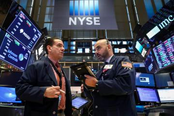 ニューヨーク証券取引所のトレーダーたち=7日(ロイター=共同)