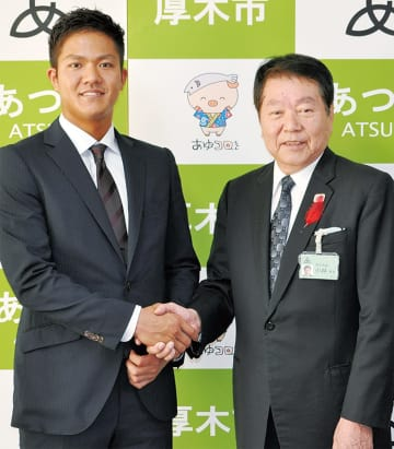 小林市長と握手を交わす田中俊太選手(左)