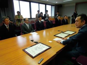 【次期知事選への立候補を求める要請書を受け取り、進退について「熟慮している」と述べる鈴木知事=三重県庁で】
