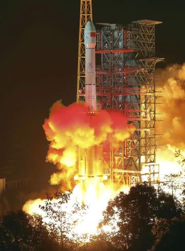 無人の月探査機「嫦娥4号」を搭載し、打ち上げられる「長征3号」ロケット=8日、中国四川省の西昌衛星発射センター(新華社=共同)