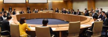 ILC誘致に向け意見交換する国会議員と研究者。3カ月後が日本政府による意思表明の最終期限となる=国会内
