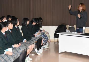 宇宙の成り立ちや国際リニアコライダーの研究内容を生徒に伝える斎藤武彦教授(右)