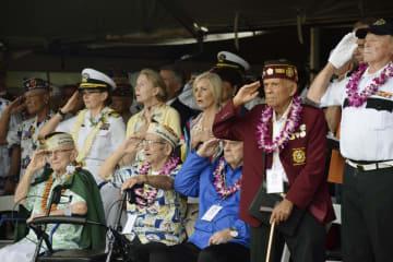 真珠湾攻撃の犠牲者追悼式典で敬礼する退役軍人ら=7日、米ハワイ州・真珠湾(共同)