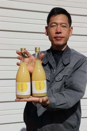 かんきつ類の「はるか」をジュースにして売り出した岩永さん=長与町平木場郷