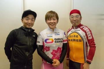 左から、野島、梅川風子選手、伊藤健太郎さん