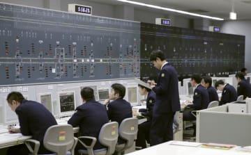 大阪市内の第2総合指令所で行われた東海道・山陽新幹線の運行管理=8日午前