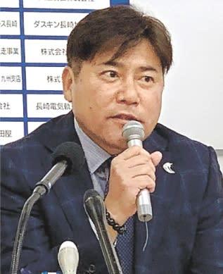 記者会見する来季J2長崎の手倉森誠新監督