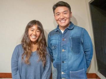 プロサーファーの田岡なつみさん(左)とパーソナリティの丸山茂樹