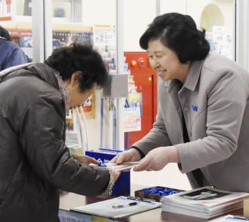 署名活動に参加した曽我ひとみさん(右)=8日午前、新潟県佐渡市