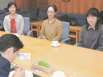 薬膳メニューを開発した八峰町の女性と薬膳実践学院の滝本さん(左端)を前に、試食する川原副知事(手前)。満足した様子だった