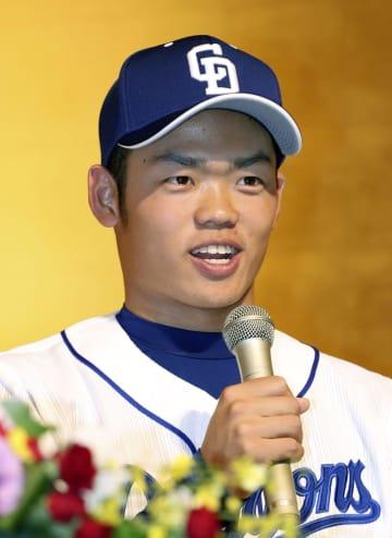 中日の入団記者会見で笑顔を見せるドラフト1位の根尾昂内野手=8日、名古屋市