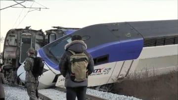 8日、韓国北東部の江陵で脱線した高速鉄道KTX(聯合=共同)