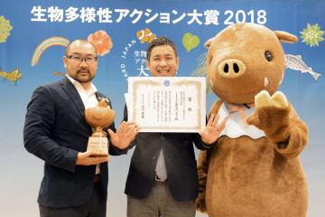最高賞の農林水産大臣賞を受賞した「くまもと☆農家ハンター」のメンバー=7日、東京都江東区