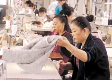 縫製工場で働く中国人技能実習生=11月21日、仙北市田沢湖
