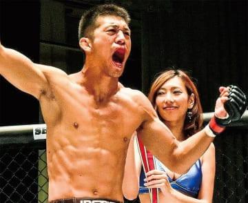 勝利の雄叫びを上げる佐藤選手