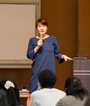 「子どもを変えようとするのでなく、大人の見方を変えることが大事」などと話す立石さん=横須賀市生涯学習センター