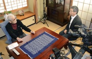 福島市の自宅で被爆証言の収録に応じる星埜惇さん(左)