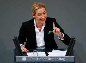 ドイツ下院で演説する右派政党「ドイツのための選択肢(AfD)」のワイデル下院議員団長=11月21日、ベルリン(ロイター=共同)