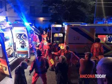 8日、イタリア東部アンコーナ近郊のディスコの外で負傷者を手当てするレスキュー隊員ら(AP=共同)