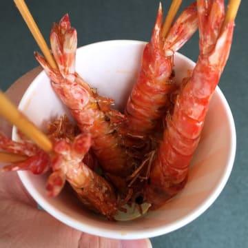 タイムスビルで9日まで開催の「久米島フェア」で食べられる車エビの素揚げ