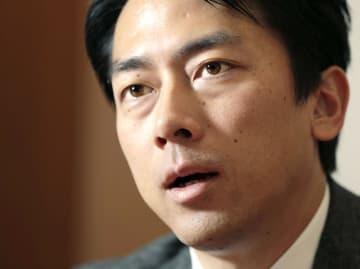 インタビューに答える自民党の小泉進次郎厚労部会長