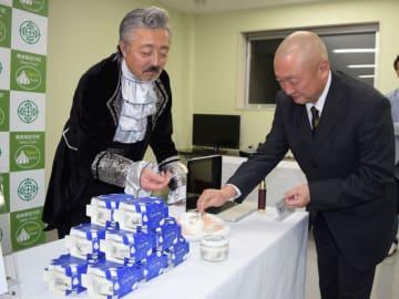 町特産のニンニクを使った新ドレッシングを説明する熊谷さん(左)