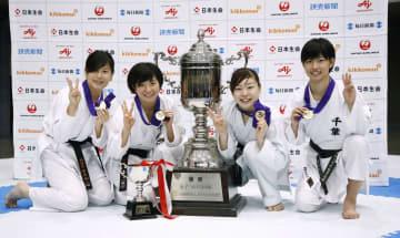 女子団体組手で3年連続4度目の優勝を果たし、メダルを手にポーズをとる植草(右から2人目)ら千葉の選手=東京武道館