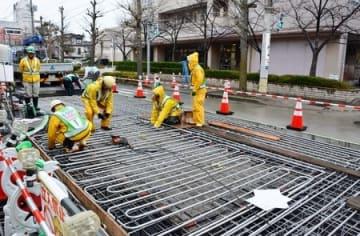 下水熱による車道融雪実験に向けた配管設置工事=6日、新潟市中央区