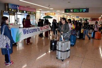 宮崎ブーゲンビリア空港で本県関係者らから歓迎を受けるシンガポールの使節団