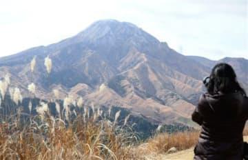 山頂がうっすらと雪化粧した阿蘇高岳=8日、阿蘇市