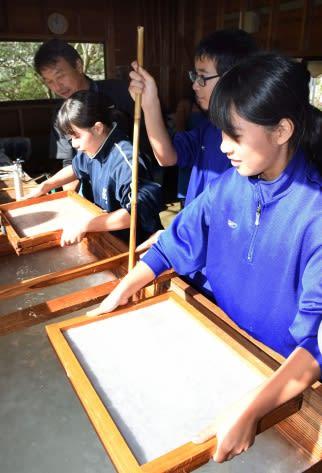 手すき和紙を作る大川内中学校の3年生=出水市の同校