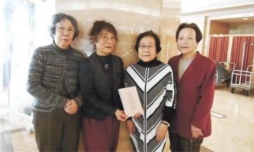 仙台空襲を語り継ぐ文集発行の思いを語ってくれた(左から)五十嵐さん、皆川さん、岩城さん、松本さん