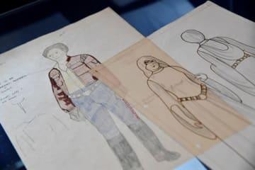 12月6日、人気SF映画シリーズ『スター・ウォーズ』に登場するダースベイダーやルーク・スカイウォーカーなどに関する初期の衣装のデザイン画が来週、英ロンドンで競売にかけられることになった。想定落札価格は合計10万ポンド(約1,440万円)以上とみられる。ロンドン中心部にある競売会社ボナムズで撮影 - (2018年 ロイター/Toby Melville)