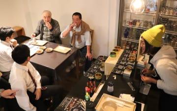 飯田さん(右)が新しく開店する「宅飲み屋CaN」。11月のイベント「まちバル」でプレオープンした=川棚町