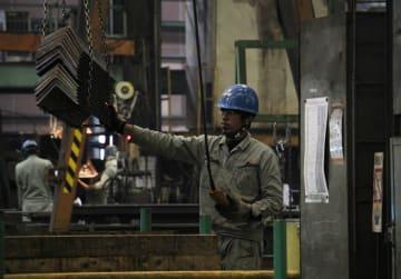 工場の中で黙々と作業をこなす技能実習生=時津町、岩永工業